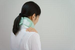 むち打ち症で頚椎カラーを付ける女性